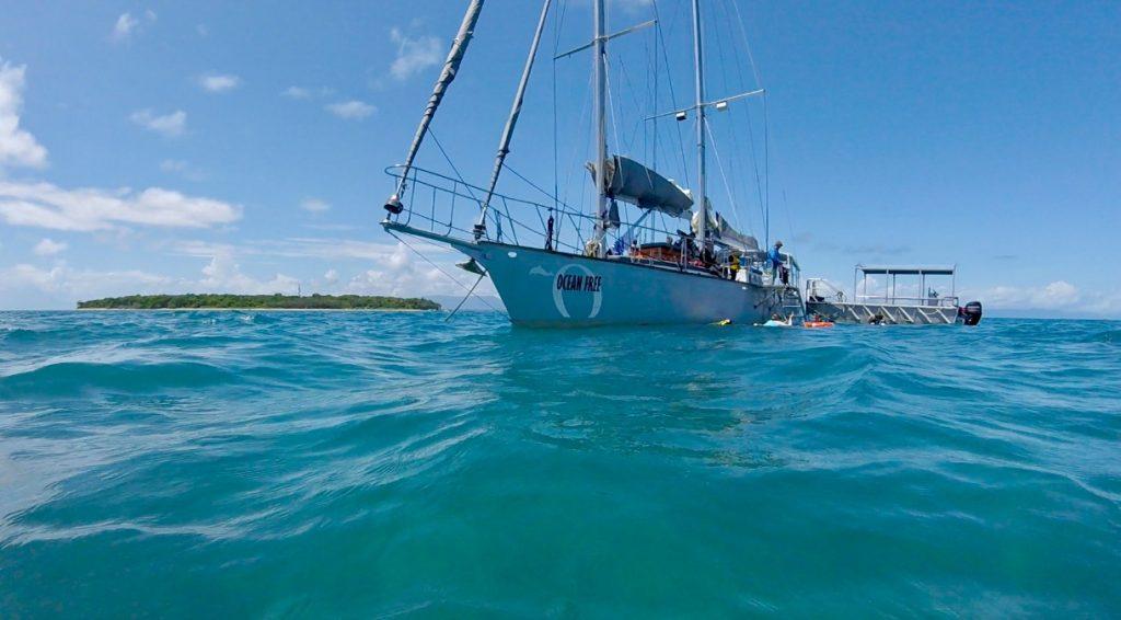 On met le Cap sur Green Island, à bord du voilier Ocean Free ...
